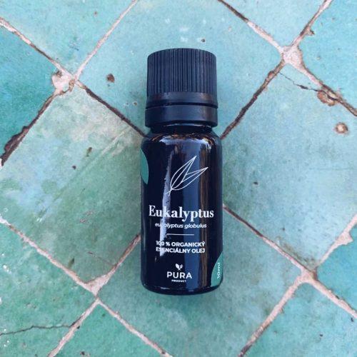 Eukalyptus esenciálny olej fľaša na zelených dlaždičkách